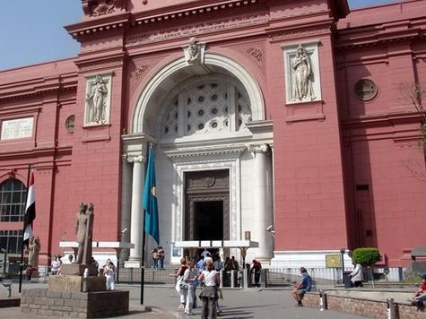 Les lieux très fréquentés de la capitale égyptienne, tels le bazar de Khan al-Khalili, voire l'esplanade devant le musée du Caire (photo) sont à éviter...