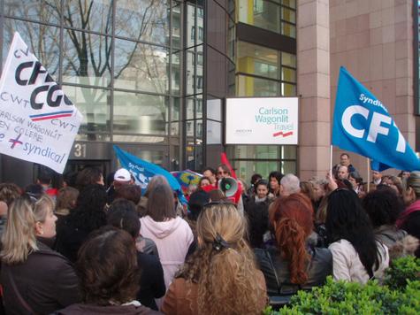 ''Nous ne vous lâcherons pas'' : Edouard Mougenot (avec le porte-voix), délégué central CGT, rassure les salariés grévistes d'Ile-de-France, réunis à Paris le 31 mars.