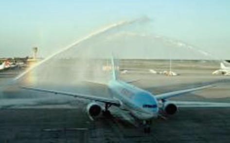 Le vol inaugural de Korean Air à Barcelone a été accueilli par les traditionnels jets d'eau - Photo : Korean Air