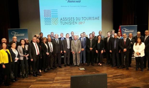 Légende : Autour de S.E. Abdelaziz Rassa, Ambassadeur de Tunisie en France (cravate rayée) et Wahida Jaiet représentante de l'ONTT et organisatrice de l'étape parisienne des Assises du Tourisme Tunisien , quelques uns des membres du Comité de Pilotage et une délégation des voyagistes français programmant la Tunisie. -Photo MS
