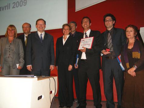H. Novelli, secrétaire d'état en charge du tourisme, les responsables des sponsors Air France, APS, HSBC, MAP avec les lauréats lors de l'Assemblée Générale de l'APS