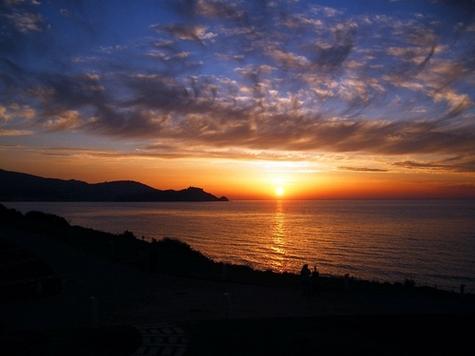 Sur la baie de Tabarka, face au soleil couchant, le Tabarka Beach dispose d'un panaroma unique avec vue imprenable sur l'île et le fort gênois qui la domine