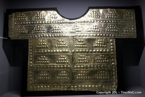 Une parure en or délicatement ciselée exposée au Musée Larco