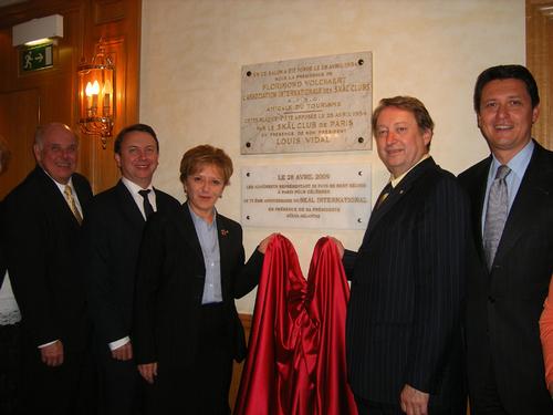 H. Aslantas PDT du Skäl Int. inaugure la plaque commémorative de l'hôtel Scribe à Paris où fut créée voici 75 ans l'association. Ici en compagnie de T. Baudier DG de Maison de la France et des représentants de la délégation internationale