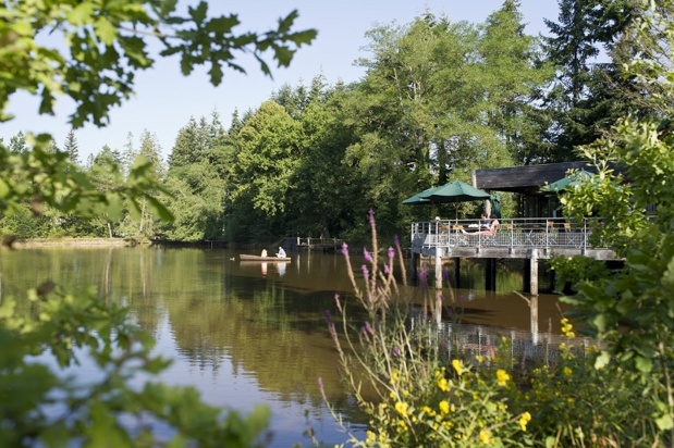 Le Village Huttopia Senonches est situé à 1h30 de Paris, au coeur du Parc Naturel Régional du Perche, un site en pleine forêt autour d'un bel étang… Crédit photo - R. Etienne – Huttopia