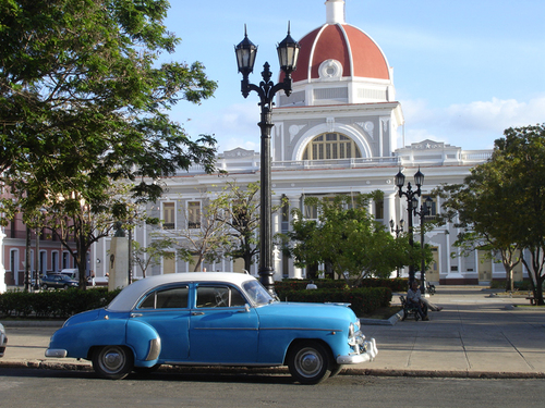 Cienfuegos église meringuée et Cadillac turquoise