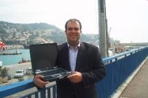 En direct depuis le port de Nice, Stelios Haji-Ioannou a présenté un PC connecté à son site Easycruise. Les clients peuvent désormais y réserver leurs futures croisière sur le premier bateau baptisé Easycruise One.