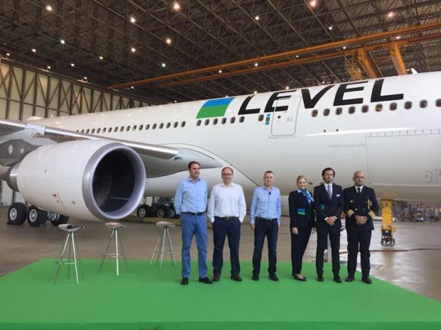 Les équipes dirigeants d'IAG posent devant le premier A330-200 de Level, leur nouvelle compagnie low-cost, en compagnie d'une partie de l'équipage du premier vol © DR PG Tourmag