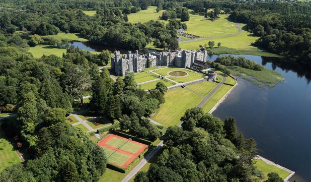 L'Ashford Castle, l'ancienne maison familiale des Guiness est souvent cité comme l'un des 10 plus beaux hôtels du monde.  Sa restauration et modernisation ont duré 3 ans et représenté 100 millions USD d'investissement. Collection Ashford Castle.