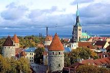 La capitale estonienne a été choisie en raison principalement des infrastructures existantes: un centre de réservations téléphoniques en douze langues pour la chaîne Hilton y fonctionne déjà depuis 2001, employant plus de 150 personnes.