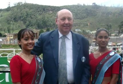 Peter M. HILL, CEO de Sri Lankan Airlines en entouré de 2 hôtesses de la Cie