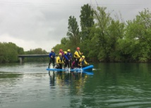 Le stand up paddle géant est souvent utilisé dans des activités de cohésion de groupe. DR: 2X Aventures