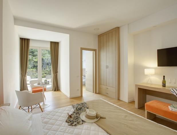 Moderne, fonctionnel, le club dispose de 99 chambres claires et spacieuses, dont 13 suites et junior suites, certaines avec balcon et la plupart avec vue sur la mer - DR