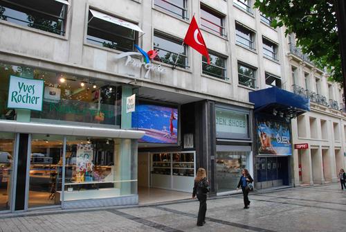 Les 700 m2 de locaux de l'Office du tourisme qui appartiennent à l'Ambassade bénéficient d'une adresse prestigieuse : les Champs Elysées !
