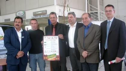 Philippe Beissier (3e dte) entouré de l'équipe sportive et des sponsors