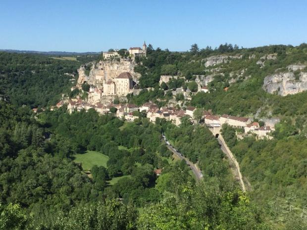 Rocamadour, accrochée à flanc de colline - Photo : J.-P.C.