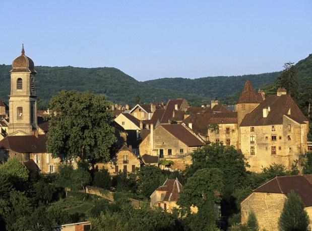 Dans les rues d'Arbois, tout transpire l'opulence viticole. Les cavistes sont là, mais aussi ces demeures en pierre dorée à tourelles d'angle, ces édifices à arcades et ces charmantes maisons vigneronnes - DR : CRT Franche Comté