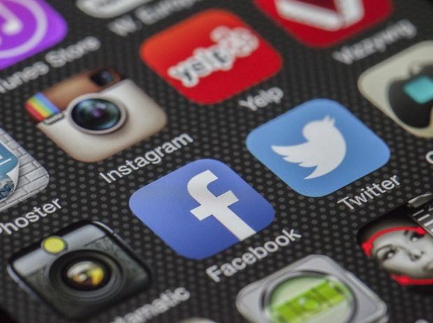 L'internaute interagit avec le chatbot grâce à des applications populaires de messagerie comme Facebook Messenger, WhatsApp, WeChat, Twitter, la messagerie de Skype ou encore, Siri, Telegram et Google Now. À l'heure actuelle, c'est Facebook qui regroupe le plus grand nombre de chatbots sur sa plateforme - Photo Pixabay - DR