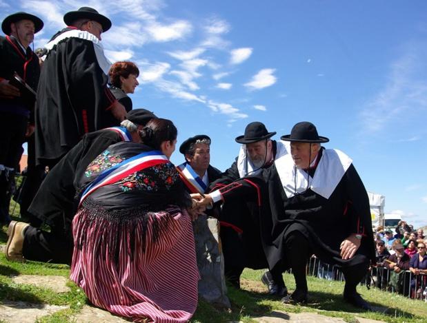 Messe œcuménique, festival transfrontalier ? Non, il s'agit de la mise en scène du plus vieux traité européen encore en vigueur, la Junte de Roncal - DR : J.-F.R.