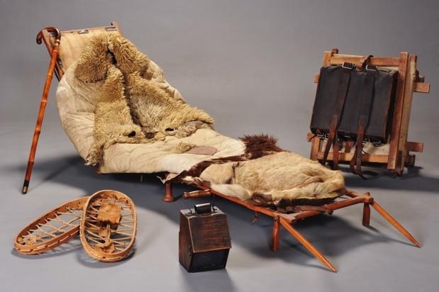 Le lit d'embuscade, utilisé pour dormir en tous lieux, et fabriqué par chaque agent (ossature en bois et duvet en peau de mouton) - DR : Musée national des douanes, France - Alban Gilbert