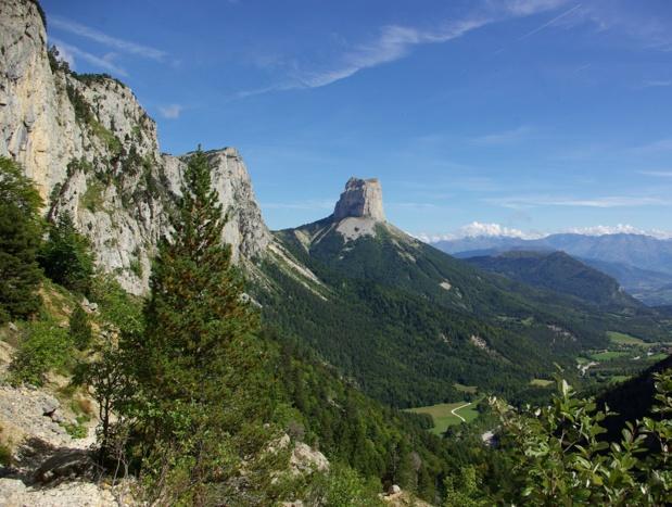 Ne grimpe pas qui veut au sommet du Mont Aiguille, paroi du vertige aux passages encordés délicats - DR : J.-F.R.
