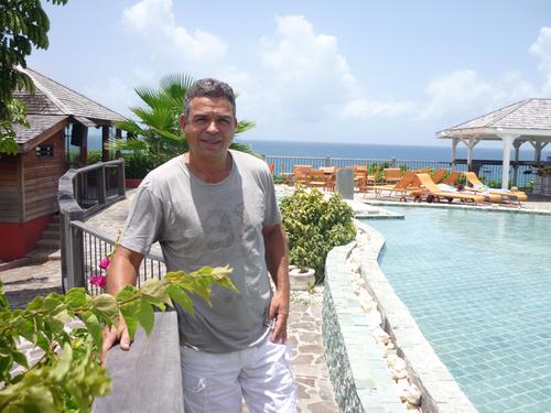 Patrick Vial- Collet sur la terrase de son hôtel, la Toubana, un 4* de charme situé à Sainte-Anne