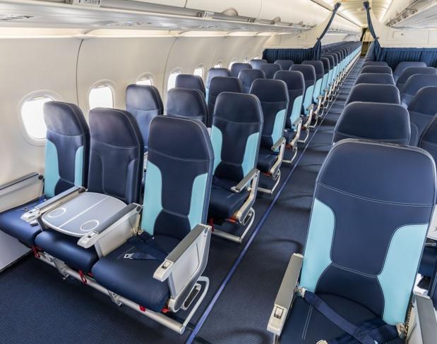 La cabine affaires d'Aigle Azur spécifiquement est composée de rangées de 2 x 2 sièges, chacun des sièges étant séparés entre eux par un siège vide équipé d'une tablette - DR