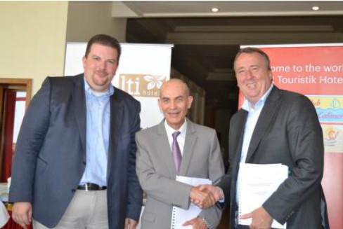 La signature du contrat avec Hichem Driss, propriétaire du lti Bellevue Park (au centre), Christian Grage, Directeur Général (CEO) de DER Touristik Hotels (à droite) et Rolf Krahl, Directeur Général Financier (CFO) de DER Touristik Hotels (à gauche) - Photo : DER Touristik