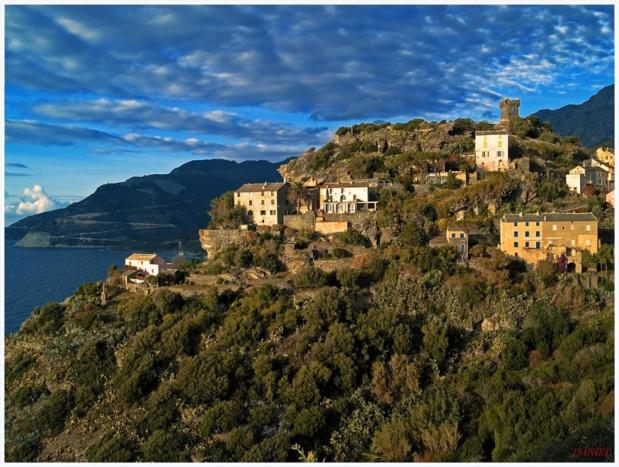 Carrée et à trois étages, la tour paoline de Nonza domine majestueusement le golfe de Saint-Florent, à l'entrée ouest du cap Corse - DR : Pari(s) sur la Corse