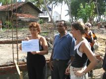 Adriana Minchella remet un chèque pour 10 maisons à Chandra et Patricia Wickramasinghe, présidente de l'association ''Reconstruire et Vivre''