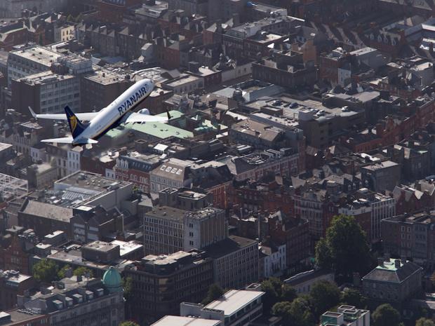 Un appareil Ryanair survolant Dublin. La compagnie irlandaise a annoncé une baisse globale du prix de ses billets - DR : Ryanair