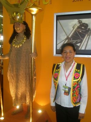 Maria Cecilia Salazar accompagnée de la Dama de Cao (reproduction) / A.L