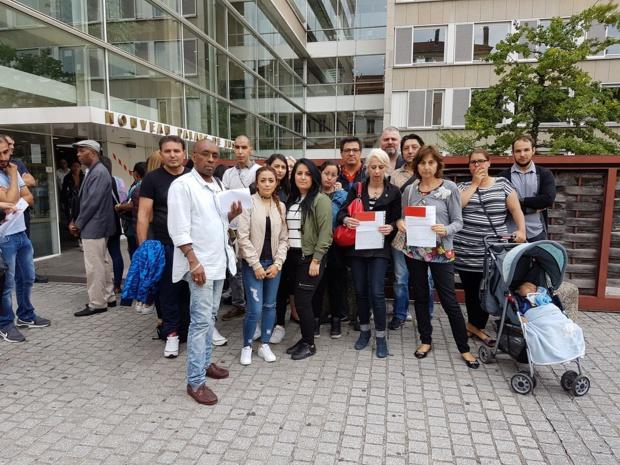 Un groupe de clients floués devant le palais de justice de Lyon - DR Facebook