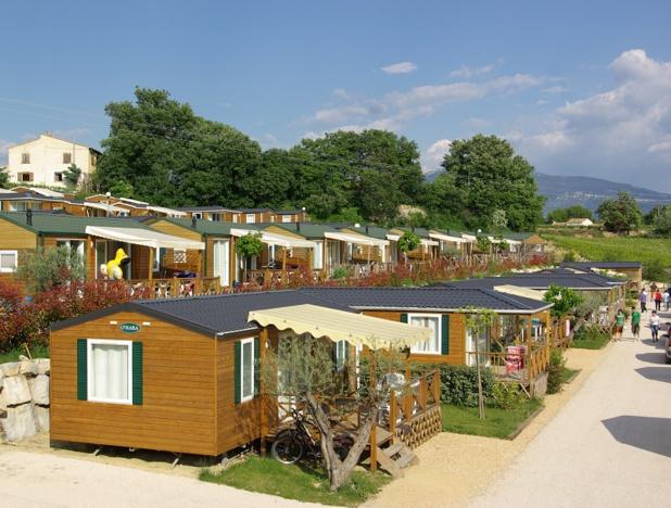Depuis une dizaine d'années, les terrains sont montés en gamme et offrent aux campeurs un mode d'hébergement qui s'apparente à une « petite maison à la campagne » - DR : J.-F.R.