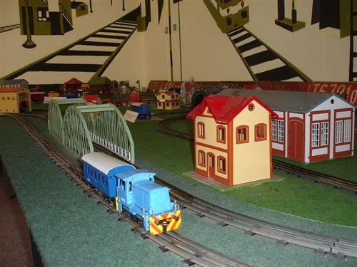 Musée mercur, petit train bleu dans une gare en Meccano