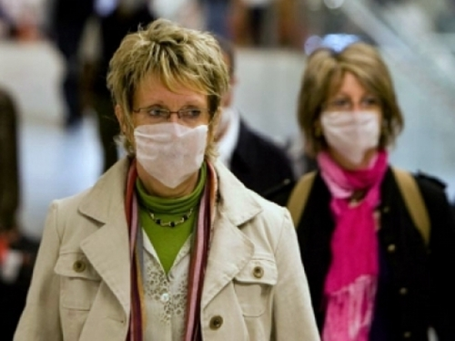 La veille du retour vers la France, un ou plusieurs voyageurs de ce groupe présentent les symptômes de la grippe A. Que se passe-t-il alors ?