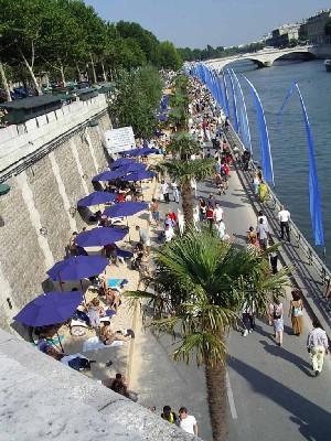 Paris a créé le concept de plage sur les rives de la Seine il y a quatre ans et, devant le succès de cette opération, plusieurs capitales européennes ont suivi son exemple, dont Rome, Budapest et Berlin.