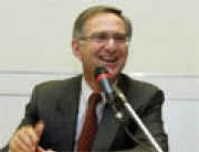 Alain VAN BOCKSTAËL, 58 ans est diplômé d'HEC