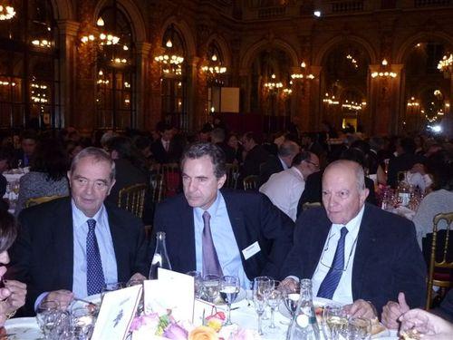 G. Colson, président du SNAV et R. Nabet entourent A. Bagnaud, Directeur du pôle Tourisme et Communicaiton de Reed Exposition
