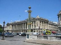 L'Hôtel de Crillon, plac de la Concorde à Paris appartient à la société du Louvre.
