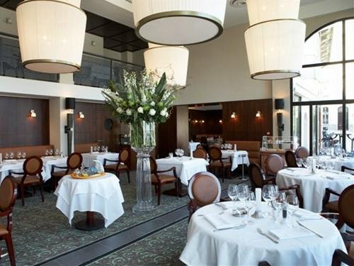 Le Café de Paris à Biarritz, un charmant hôtel-boutique de 15 chambres et 4 suites et son restaurant « Brasserie », la dernière acquisition de HMC