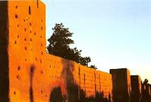 La ville ocre reçois chaque année plus que un million de touristes étrangers et marocains répartis entre la visite des souk, la place jamaa el fna et les site historique.