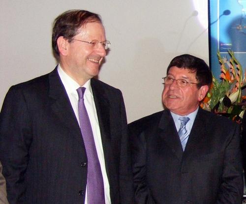 Hervé Novelli, secrétaire d'Etat au tourisme, et Jean Claude Nerisson, président de Vacanciel
