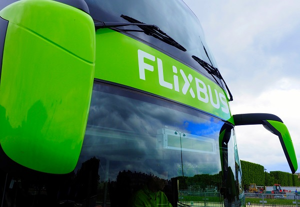 Babbel et Flixbus officialisent leur partenariat. Crédit Photo : Flixbus.
