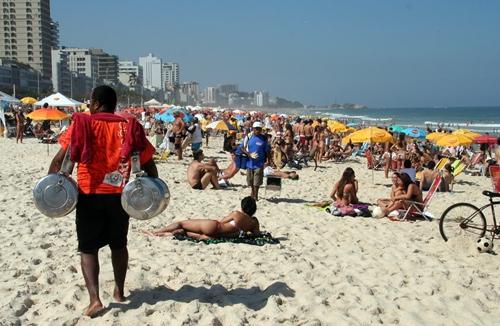 Sur la plage d'Ipanema, quartier chic de Rio de Janeiro, opulence et misère se côtoient au quotidien...