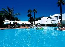 Situé à 2km de Puerto del Carmen et à 8km de l'aéroport de l'île, le resort met à disposition de ses hôtes 4 piscines à l'extérieur.