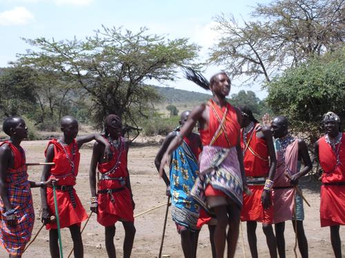 Jeune Masaï en pleine démonstration de puissance