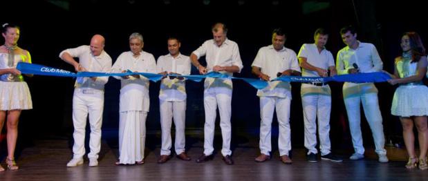 Henri Giscard d'Estaing, Président du Club Med entouré de ses équipes et de celles de Lanka Orix Leasing Company (LOLC) - DR Club Med