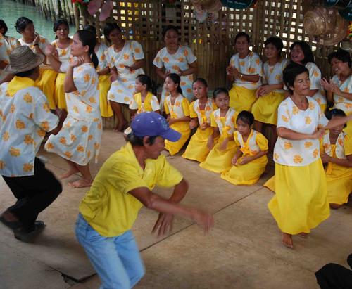 Danses et chants sur la rivière Loboc (île de Bohol)