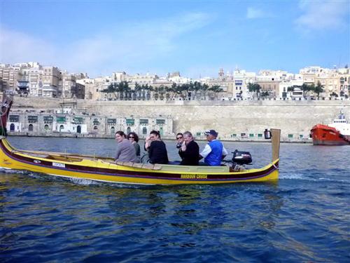 Balade en barque traditionnelle dans l'immense port naturel de La Valette